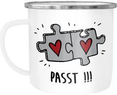 Emaille-Tasse Aufschrift Passt!!! 2 Puzzleteile Geschenk zum Jahrestag für ihn und sie Liebe Beziehung Moonworks®
